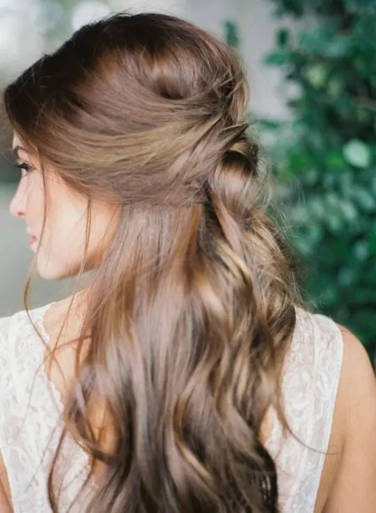 34 Fall Wedding Hair Ideas That Inspire   Weddingomania half up half down hairstyle with waves and messy touches