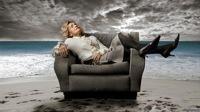Γυναίκα ύπνου στο υπόβαθρο ενός υπερφυσικού τοπίου