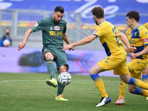 Il Lecce piega il Frosinone con tre gol Per i giallorossi quarta vittoria di fila