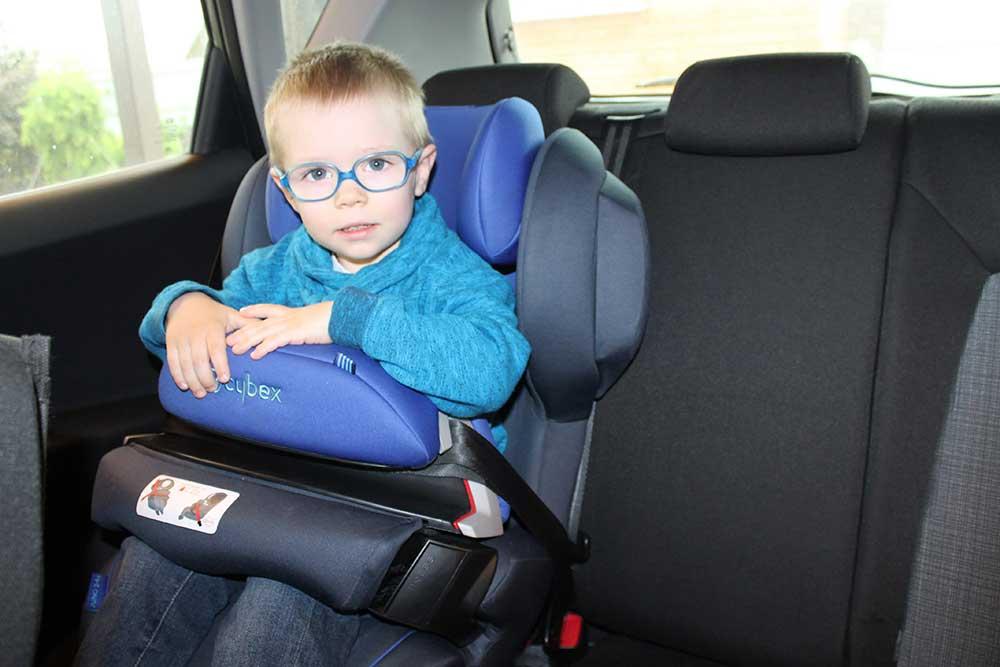 «Столик безопасности» вставляется в пазы подлокотников автокресла и крепится штатным ремнем безопасности автомобиля