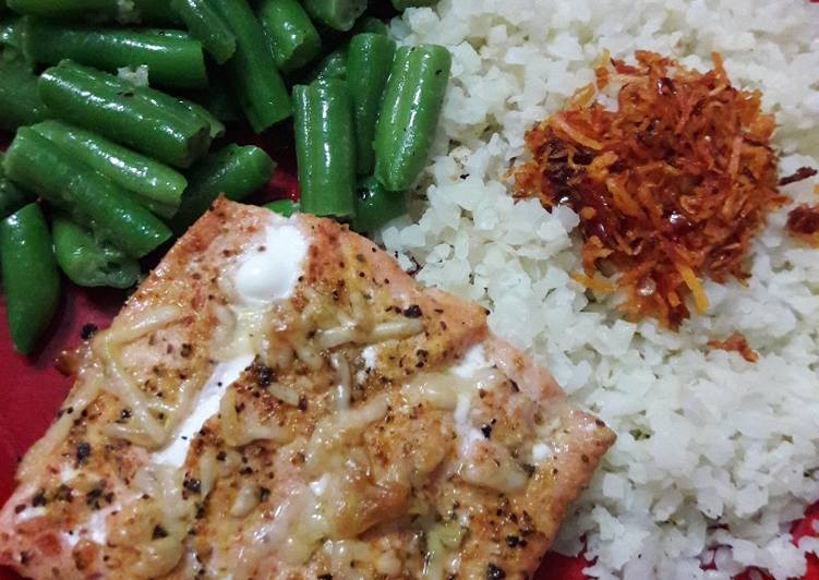 Resep Broiled Salmon Lemon Pepper with Cauliflower Rice and Green Beans (low carb and keto friendly)