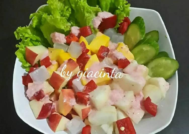 Resep Salad dengan saus yoghurt strawberry