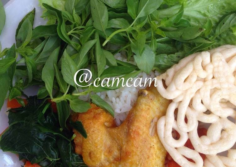 Resep Ayam goreng praktis, sayur bayam wortel dan sambal goreng + lalapan