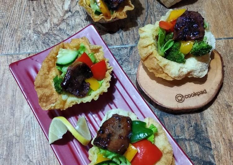 Resep Mangkok Pangsit Renyah isi Lidah Sapi Paprika Salad