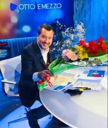 """Salvini porta i fiori a Lilli Gruber: """"Non usiamo il tempo che il buon Dio ci dà per bisticciare"""""""