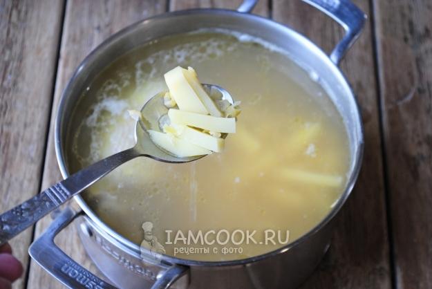 Memasukkan sup kentang