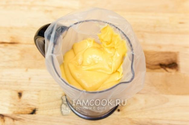 Выложить тесто в кулинарный мешок