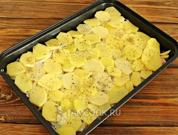 Положить на лук картофель