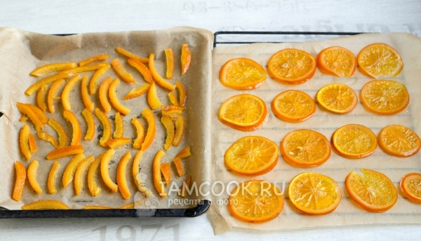 Mag-ipon ng mga orange na hiwa at pegs sa baking sheet