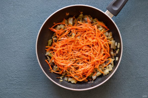 Kokulu yemeği besleyin Sıcak, sebze veya tereyağlı yağlanır. Pigaodi'ye keskin bir sarımsak-soya sosu sunulmaktadır. Bitkisel yağ kaşık dolusu sos, kıyılmış sarımsak, soya sosu ve zemin yanan biber karıştırılır. Böyle bir katkı maddesi mükemmel gölgeleri nazik bir hamur ve sulu doldurma. Yemek, Kore mutfağının gerçek renkli bir şaheseri olur.