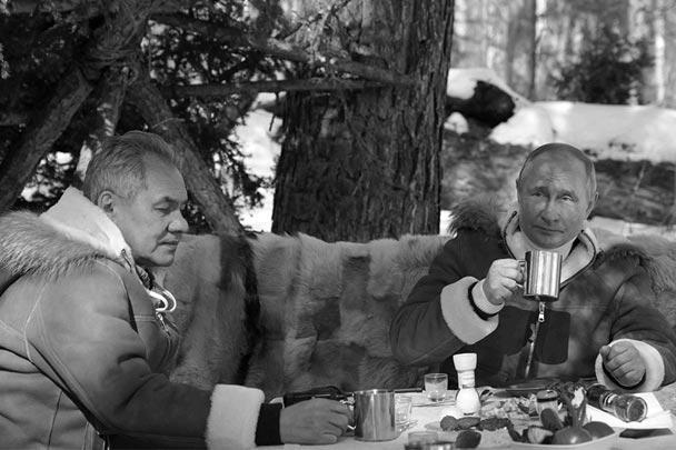 Предпоследние выходные марта президент Владимир Путин и министр обороны Сергей Шойгу провели в тайге в одном из сибирских регионов. Отдых первых лиц государства включал в себя лесные прогулки – пешком и на вездеходе