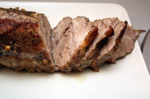 じゃがいもきれいにして任意の形状の大きな部分に切ります。肉を冷水の下で洗浄し、また十分に大きな片に分けられる。