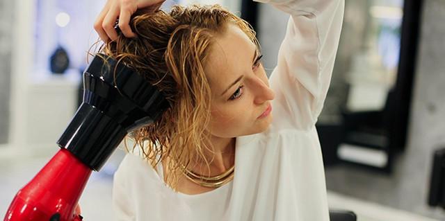 Avundd tvättat hår med en hårtork, bearbetade dem med en spray för termiskt skydd.