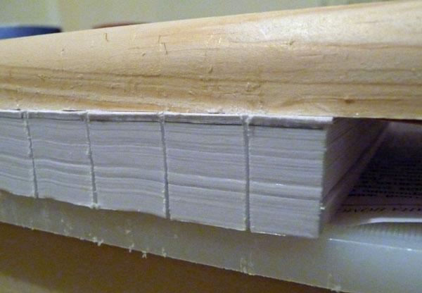 De vellen van het gedemonteerde boek worden in de stapel in de gewenste volgorde gevouwen, respectievelijk de nummering, gelijk aan de root. De randen van de vellen moeten zelfs zijn, hun uitsteeksel is onaanvaardbaar. Daarna wordt de stapel geklemd tussen twee planken, terwijl de wortel ongeveer vijf millimeter moet handelen. Vervolgens is het op de wortels van gevouwen notebooks gedaan met behulp van een legpuzzel of metaalzagen drie gegraven in twee millimeter diepte.