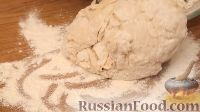 Cuire une forme de cuisson avec du papier de parchemin, lubrifiez l'huile crémeuse et élargissez les petits pains. La principale chose n'est pas de les poster près les unes des autres, laissant une distance de 2-3 cm, elles augmenteront encore.