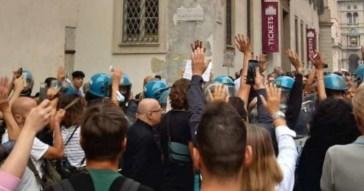 Giorgia Meloni, no Green pass sfondano il cordone per linciarla in piazza Duomo