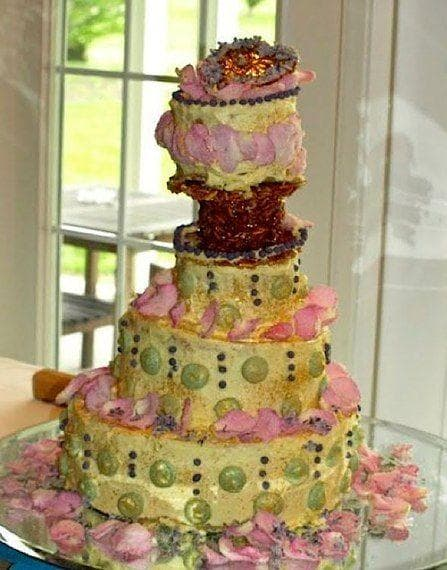 32 Cringe Worthy Wedding Cake Fails Are There Pickles Lining This Bad Boy