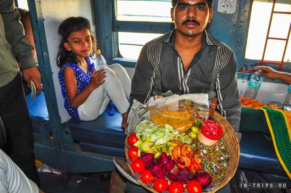 Indian fast food sa tren, maraming mga turista ang nagmamahal sa kanya, at hindi ko naintindihan kung ano ang maaari mong mahalin sa kanya.