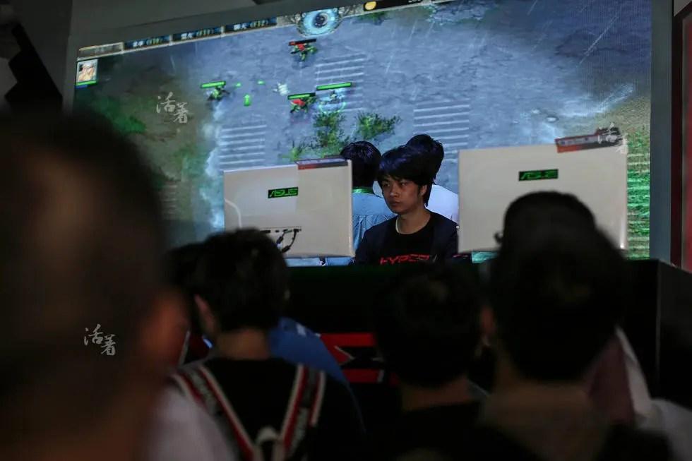 活着:同龄人穿校服上学 他们在游戏里竞技
