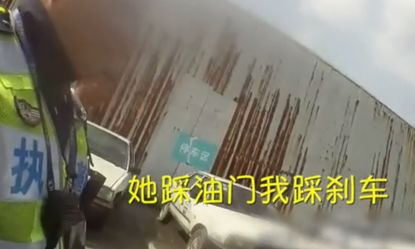 新闻哥吐槽:学员连撞5车,教练:她踩油门我踩刹车 踩不过她