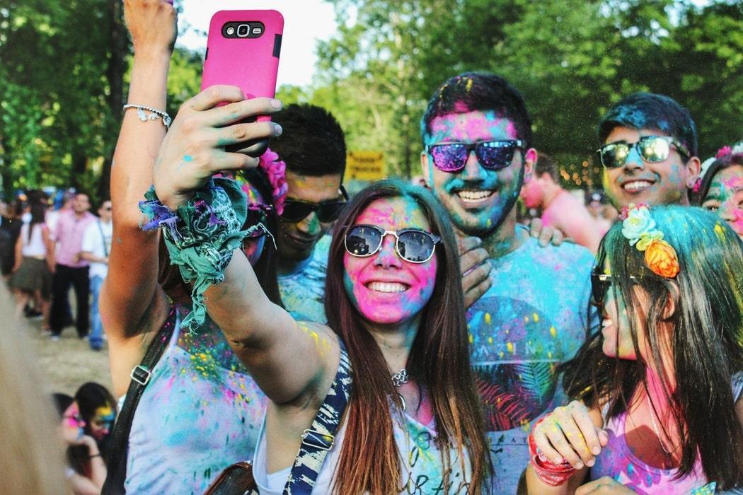 Selfie av människor i färgerna Holi