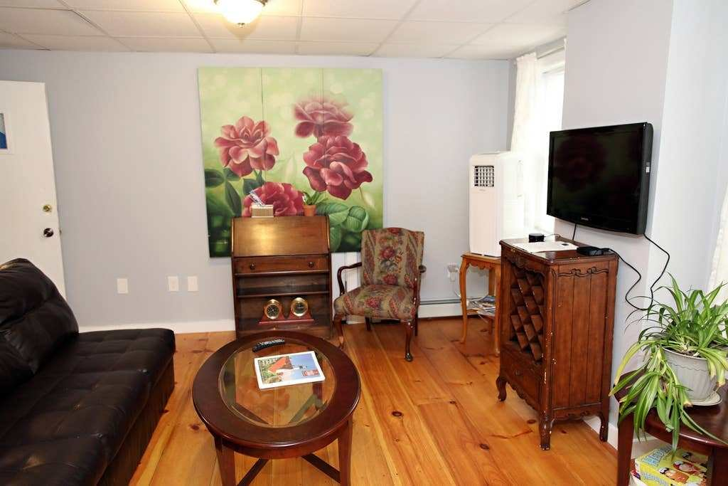 Best 2 Bedroom 5 Minute Walk Downtown 2Nd Floor Apartments With Pictures