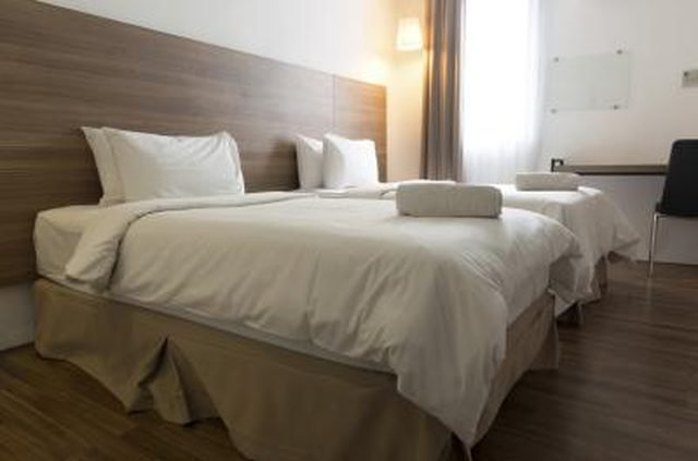 Best How To Arrange A Queen Size Bed In A Small Room Hunker With Pictures