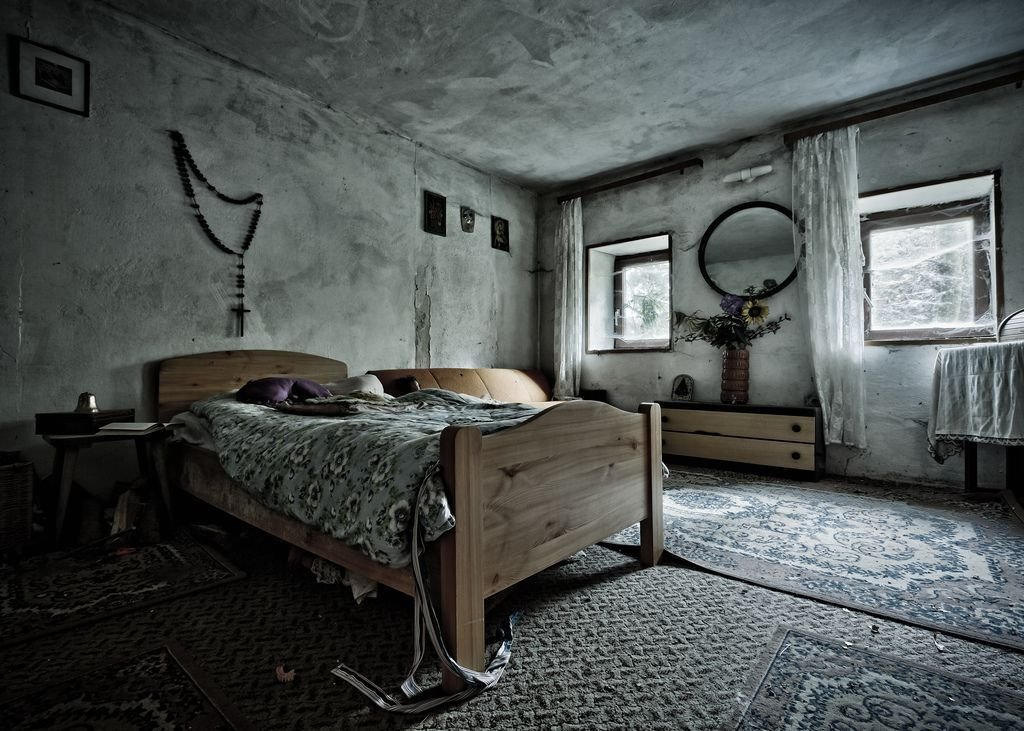 Best Abandoned Bedroom In The House Of The Faithful With Pictures