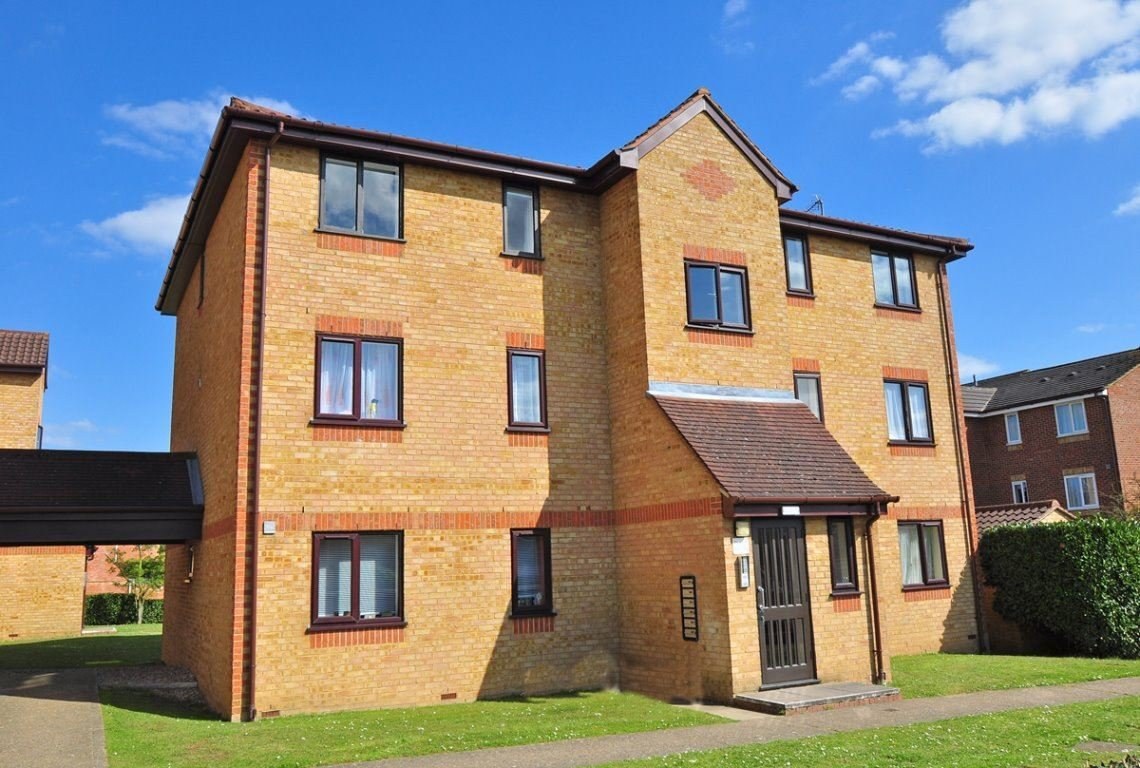Best 2 Bedroom Flat To Rent Lowestoft Drive Burnham Slough With Pictures