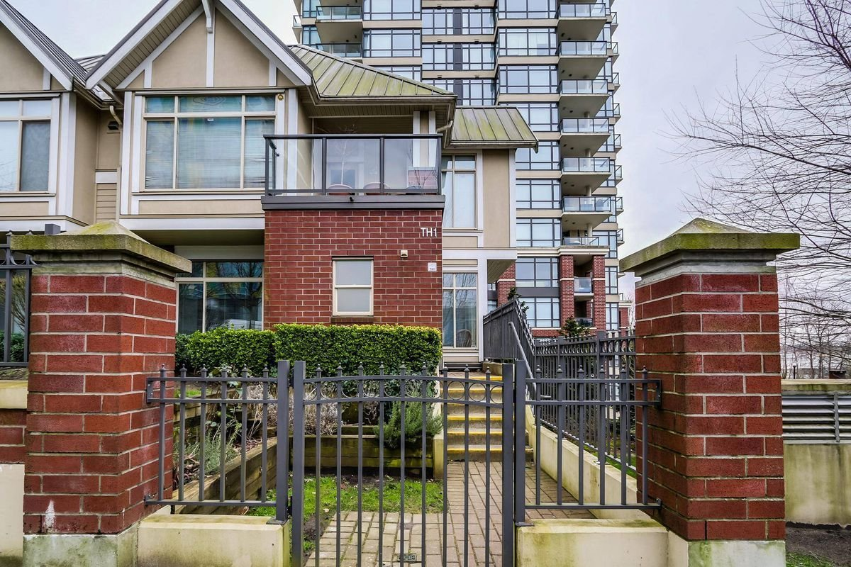 Best Burnaby Three Bedroom Townhouse Sells For 100 000 Over With Pictures