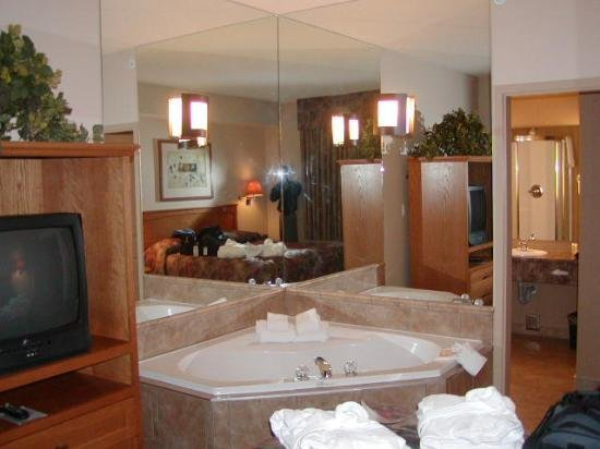 Best Bedroom With Jacuzzi Picture Of Days Inn Suites By With Pictures