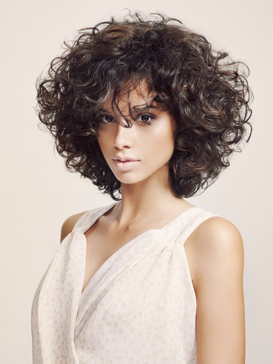Free Slimming Effect Hairstyle With Curls That Were Shaped With Wallpaper