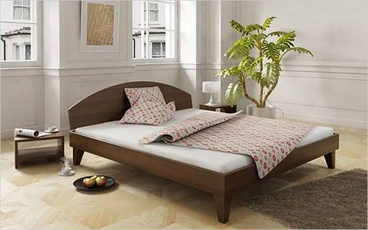 Деревянная кровать с полукруглой спинкой