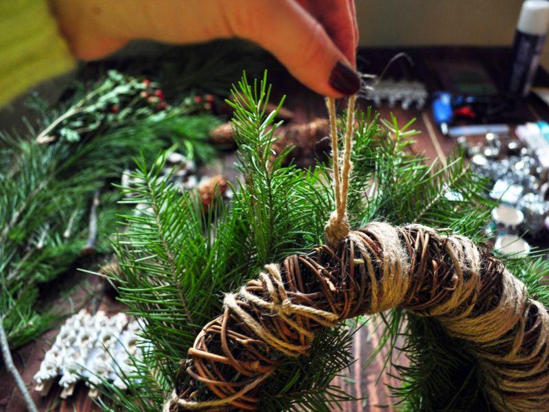 Жаңа жылдық гүл шоқтарын өзіңіз жасайды. Үй сахнасында гүл шоқтарын өндіруге арналған 12 шеберлік сабағы 37