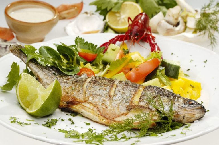 Bife de peixe vermelho sob molho cremoso