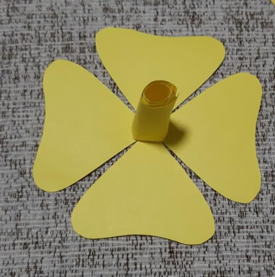 Paper Flowers & # 8212; Mga scheme at mga template para sa paglikha ng mga kulay ng papel na yugto 24.