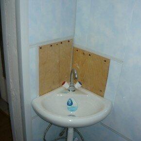 Petit lavabo dans les toilettes