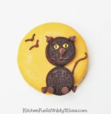 Halloween Black Cat Moon Pie Treats using pre-made cookies...so easy! KitchenFunWithMy3Sons.com