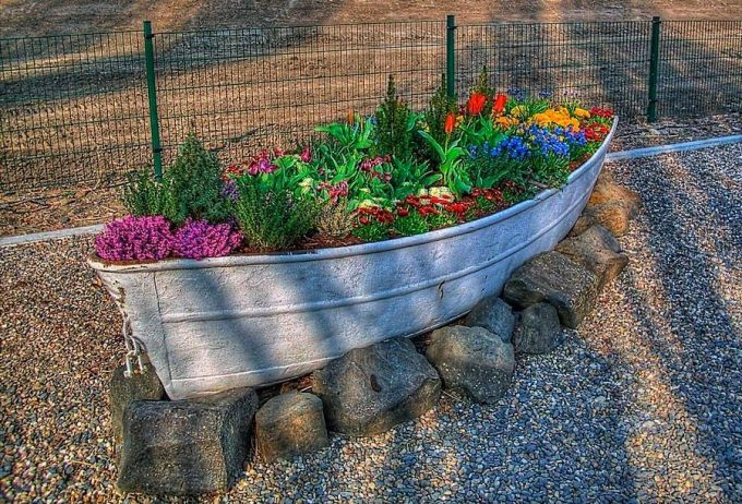Planting Flowers in a Boat...Love this! These are the BEST DIY Garden & Yard Ideas!