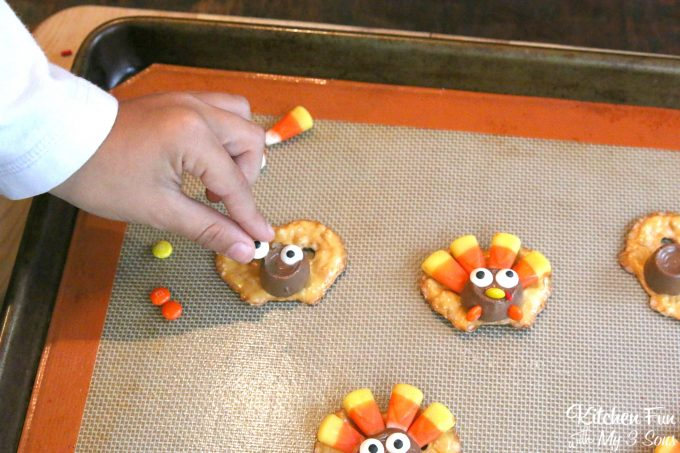 Easy Thanksgiving Turkey Pretzel Treats