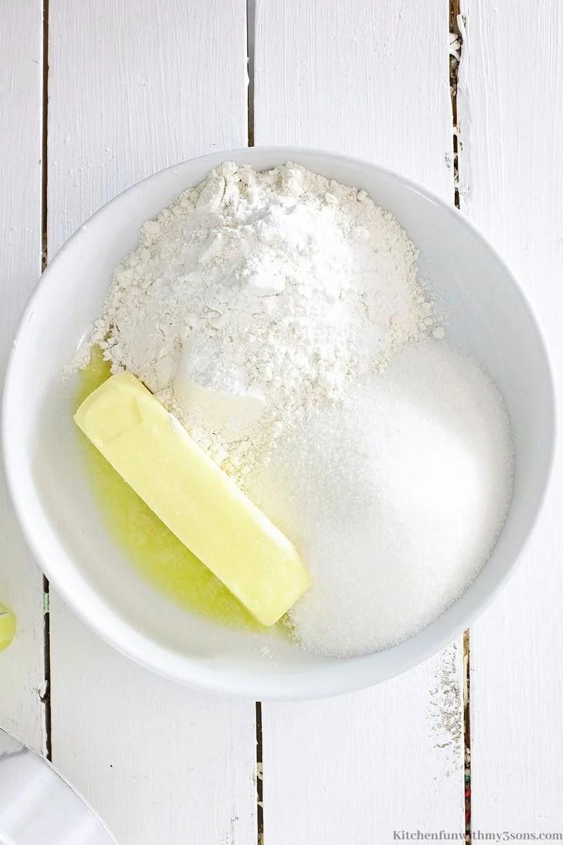 Kombinirajući suhe sastojke s otopljenim maslacem.