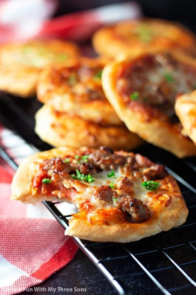 Pizzas Easy Air Fryer avec une bouchée manquante.