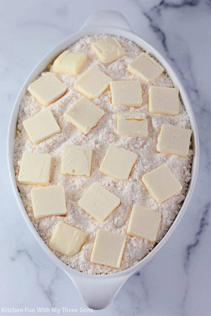 des morceaux de beurre sur le mélange à gâteau.