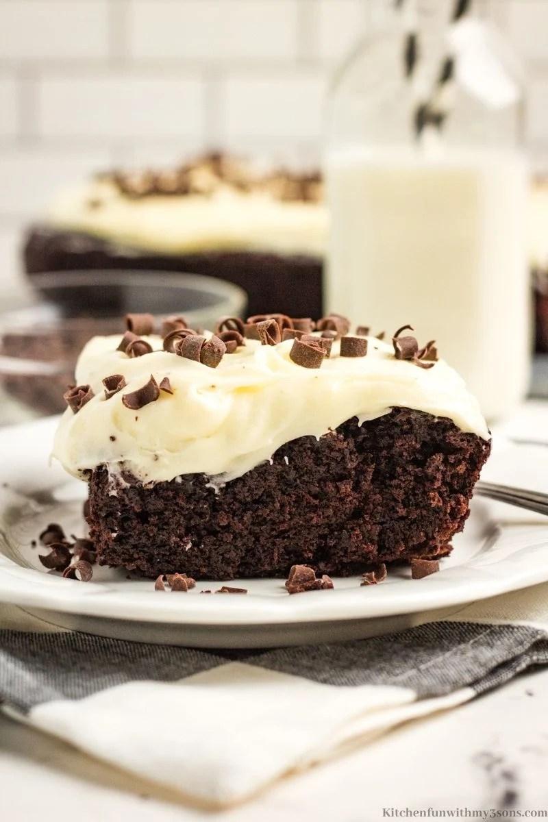 Komad torte poslužen s čašom mlijeka.