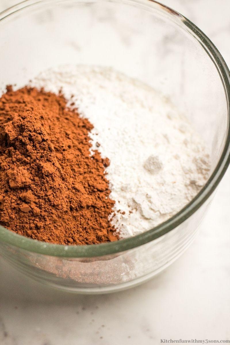 Kombinirajući kakao i brašno.