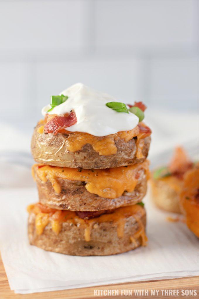 naslagani krumpir narezani na kriške, s kiselim vrhnjem.