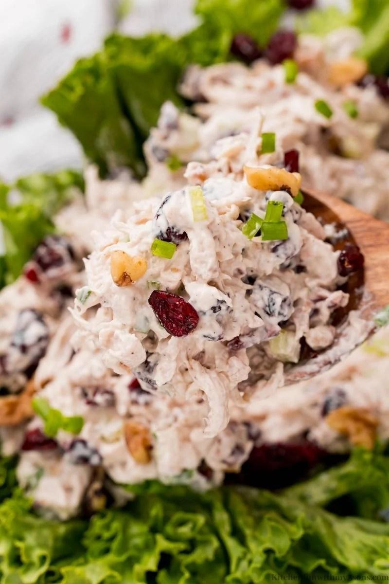 Žlicom podignite malo pileće salate.