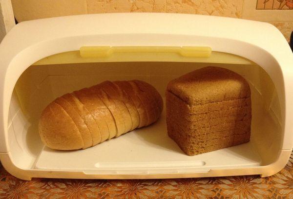 낡은 빵으로 전자 레인지 또는 오븐에서 부드럽게 만듭니다.
