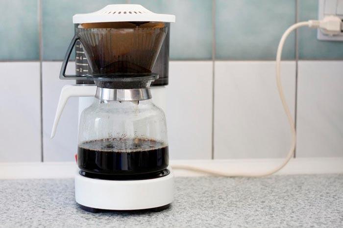 Kahvinkeitin keittiössä