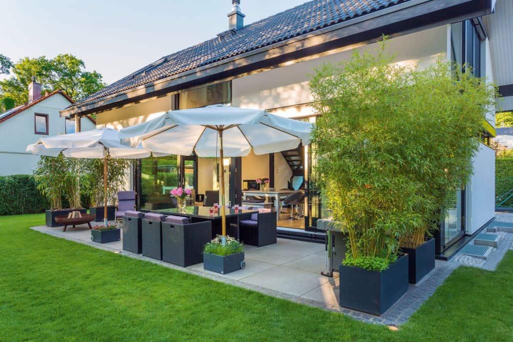 Terrasse verschönern mit Pflanzkübeln aus Fiberglas